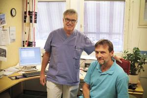 Christer Siwertsson (M), till vänster på bilden, besökte hälsocentralen i Krokom. Förmiddagen tillbringande han tillsammans med Måns Laudon, distriktsläkare.