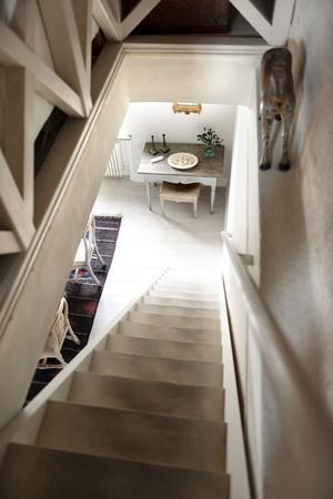 Vy från övervåningen ner på det gustavianska bordet med rokokoformer.