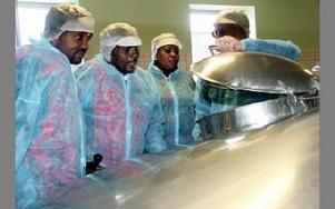 Massajerna får titta i ett av kärlen i mejeriets innandöme.
