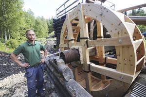 """""""Jag använder trä i stället för spik. Det gör att materialet jobbar på samma sätt och är mer dynamiskt. En järnspik sliter ut träet runt omkring. Träet expanderar och krymper tillsammans i stället"""", berättar Elias Berg."""