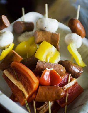 Enkelt och gott! Grillspett med smaskiga korvar, champinjoner, paprika och lök.