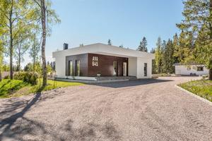 Den nybyggda villan på fastigheten är byggd för bara två år sedan och går i funkisstil.