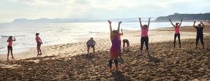 Strandträning med Linda Gullman. Här bränns kalorier och nu börjar deltagarna komma igång med träningen på allvar.