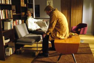 Wallander (Rolf Lassgård) hittar sin kollega Svedberg (Christer Fant) död och allt tyder på självmord. Men det visar sig vara mord och under utredningen avslöjas också Svedbergs livshemlighet. Foto: Nille Leander