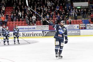 Daniel Wessner får ta emot publikens och spelarnas hyllningar i sin sista hockeymatch.