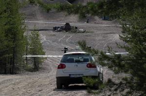 Grop. Här dumpades tolv oljetunnor och tände på i en grusgrop utanför Solvarbo. Polisen spärrade av platsen för en teknisk undersökning.