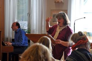 Lennart Bengts, piano, och Lotta Stevens ledde övningstillfället i den första repetitionen av det som ska bli en konsert i Vasakyrkan i februari.