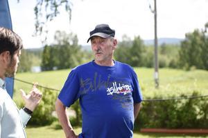 Lennart Mikaelsson gick i skolan och spelade fotboll med Lars Lagerbäck.