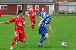 Sala FF:s Karzan Azizi jagar en Odenspelare vid lördagens match på Silvervallen. Foto: Niclas Bergwall