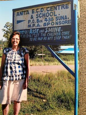 Här står jag framför Anitas förskola, Early childhood center, som byggdes 1993 och där vi hade seminarier för rektorer och förskollärare under min tid som utbildningskoordinator på 90-talet.