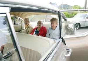 Tre damer från Tingsta äldreboende på plats i baksätet. Från vänster sitter Eivor Larsson, Margot Eriksson och Gun Bergström.