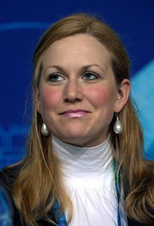 """Nu är festen här. I stilig mundering och nyfixad frisyr ser Helena Jonsson fram mot kvällens sprinttävling i skidskytte. """"Jag har som mål att vara på pallen, det har jag absolut"""", säger Helena. Foto: JANERIK HENRIKSSON / SCANPIX"""