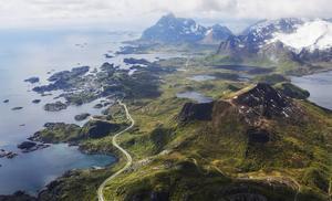Landskapen på Lofoten är spektakulära. Här vägen mellan Svolvaer och Henningvaer.   Foto: Jesper Zacharias