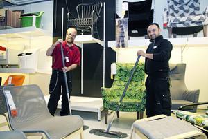 Rena golv. Johan Thomaeus och Ahmed Kadir är två av ett 50-tal Samhallsanställda som jobbar på Ikea i Västerås.  Städning är en viktig del av jobbet.Foto: Jan Björkegren