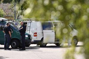 Polisen spärrar av på Omvägen i Surahammar där en kvinna omkommit sedan hon attackerats av en man, enligt polisen. Stora resurser har satts in i sökandet efter gärningsmannen och platsen är avspärrad för teknisk undersökning,Foto: Erik Simander / TT