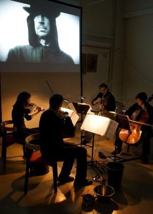 Medan Eva Månssons lieman tonar fram på duken spelar Weberkvartetten Bartóks folkliga, kraftfulla musik. Filmen blir musikens dirigent, samtidigt som musiken hamnar mycket mer i fokus än vad som är vanligt i filmer.