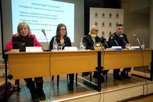 Tora Holst och Elisabeth Hermanrud från Internationella åklagarkammaren, Thomas Johansson, chef för utredningssektionen i Gävle, samt spaningsledare Johan Bast under presskonferensen i samband med att åtalet väcktes.
