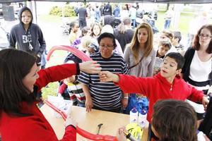 Kö för ballonger. Ermina Jarcevic är inte bara verksamhetsutvecklare på Hyresgästföreningen, under Vallbydagen gjorde hon även ballongfigurer till barnen. Och kön var lång. Alvaro Debski, 10 år, ville ha ett svärd.