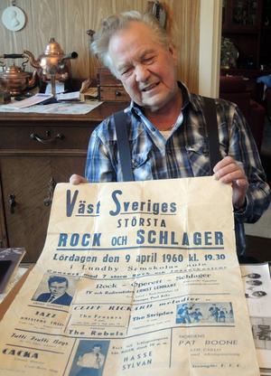 Rock-Lelle med en affisch från en rockgala i Göteborg 1959 där han själv medverkar under artistnamnet