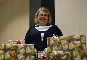 Bertha Gebril och hennes kompisar samlar in och delar ut julklappar, från Sundsvallsbor med överskott till de som ingenting har.