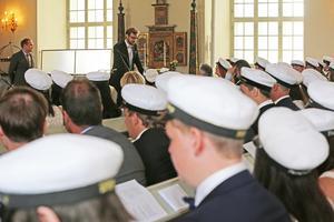 Jonas Albonius håller tal i kyrkan på studenten