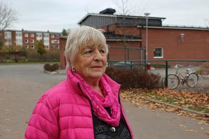 81-åriga Ulla Erixon var på väg hem från affären när någon kastade en sten i huvudet på henne så att hon föll av cykeln. Vid brottstillfället såg hon fem-sex barn och yngre ungdomar som uppehöll sig vid bilparkeringen samt vid Åkraskolan.