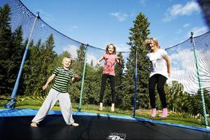 Det finns gott om barn i Ulriksfors för tillfället. Tim Gabrielsson, Sofie Wikström och Sara Wallberg tycker om sin by och gillar att hoppa på den stora studsmattan utanför bystugan.