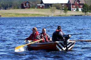 Brandmän. Räddningstjänstens brandmän från stationen i Enviken hjälper till i sökandet efter 19-åringen.