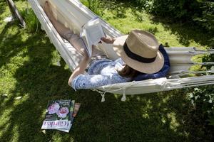 Många väljer att läsa Elena Ferrantes omsusade roman