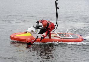 Henrik Kerfstedt och Peter Öhlen demonstrerar en livräddning.