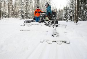 Tobias Björklund och Pessi Liukkonen kör upp både skatespår och klassiskt i skogarna runt Södra berget.