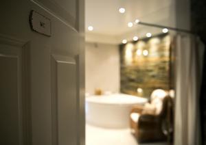 Badrummet är inrett med en fondvägg i skiffer, bubbelbadkar och bastu.
