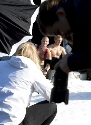 Insmorda i barnolja och med sug i blicken poserar brandmännen Mattias Lundberg och Emil Grip för fotografen Emmelie Åslin.