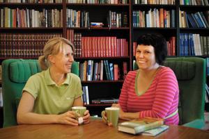 Anna Lundin från AlftaQuren, och bibliotekarien Anette Helgesson, är initiativtagarna till höstens bokSPAning i Alfta. Båda två tänker naturligtvis delta själva.