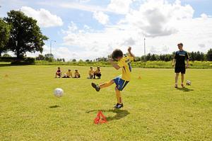 Rökare. Elsa Seeger, 8 år, avlossar ett kanonskott mot mål i Landslagets fotbollsskola.