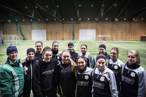 Krokoms damer i samling innan en träning i ÖP-hallen. Det är januari och långt kvar till säsongen, men träningsviljan och fotbollsglöden är stark.
