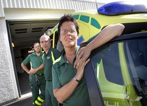 Olle Wiklund, stationsansvarig, Lars Lagerström, enhetschef och Monica Andersson, sjuksköterska framför nya ambulansstationen i Delsbo.