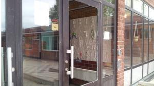 Fönstret till entrédörren till Persboskolan krossades vid den senaste skadegörelsen liksom mängder av fönster till huset där lärarrummen ligger.