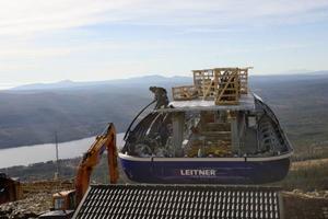 Byggarbetarna från Taubane Teknikk har inte så mycket tid att njuta av den vidunderliga utsikten uppe vid toppstationen.