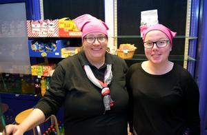 Björborevyns kioskpersonal Maria Svensson och Ida Larsson i pussyhats av den modell som kvinnor världen över bär som protest mot Donalds Trump och den kvinnosyn han gett uttryck för.