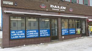 Dalin chark har förutom att sälja kött till privatpersoner även sålt vidare omärkt köttfärs till olika restauranger. Den hanteringen har nu stoppats av kommunen.