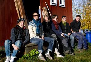 När Pralin besökte bygget i november 2010 hade Sara hjälp utav ett gäng tjejer som gick i Saras studiecirkel för att lära sig mer om ekologisk byggteknik och material.
