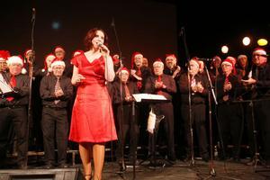 Ulrika Beijer backades upp av Nordanstigs manskör under flera av programmets låtar.