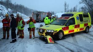 En av ambulanserna drabbades också av den moddiga halkan och törnade mot avbärarräcket.