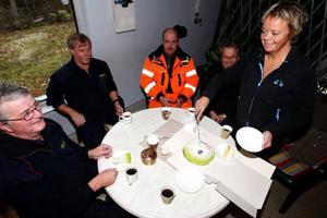 """Karl-Olov, Lars-Erik, Hans, Kurt och Gunilla fick smaka av en underbar tårta. """"Visst har det hänt förut att vi fått tårta men det är lika trevligt varje gång"""", säger Karl-Olov. Övriga som var med på olyckan var ute och jobbade. Men lugn, det finns en tårta till i kylskåpet. Foto: Håkan Degselius"""