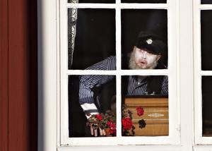 Peter Iller är banvaktarspöket som vill varna barnen från att gå på rälsen.