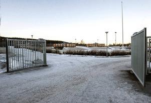Asylboendet i Viskan ska omedelbart upphöra med dubbelbeläggning enligt ett beslut i Ånges bygg- och miljönämnd.