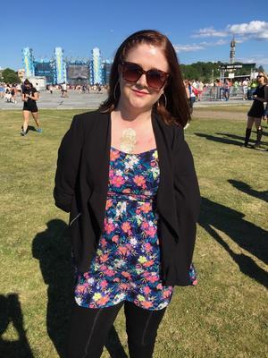 På konsert 2015. Alexandra Andersson klarar sig bra med proteser och assistenthjälp. Hon har fast jobb, egen lägenhet och körkort – och således inga problem att åka på Summeburst 2015 i Stockholm.