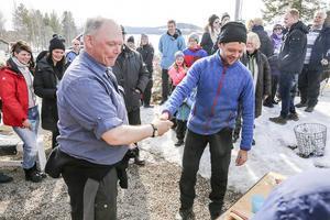 Jens Thomasson gratuleras av Mikael Jonasson på Härjeåsjöns lantgård.