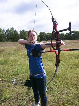 Amanda Edlund från Stocka sköt hem ett silver vid nordiska mästerskapen i bågskytte.